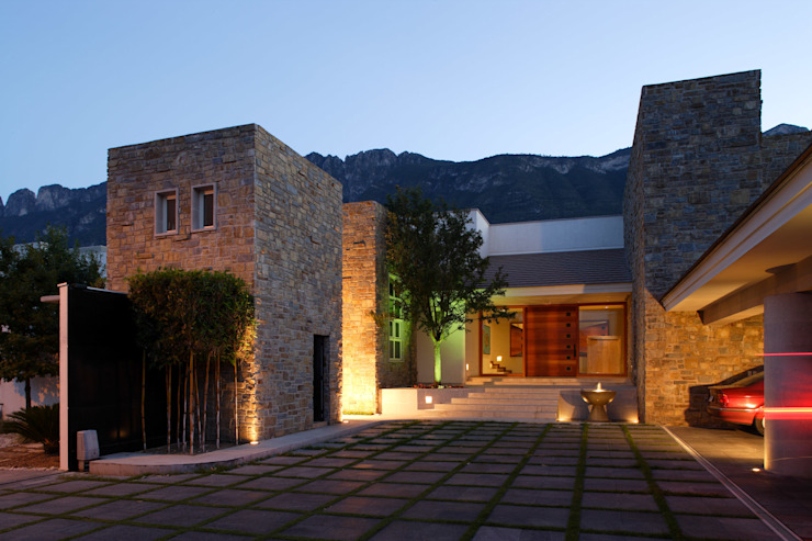 Colonial style house by Portico Arquitectura + Construcción Colonial Stone