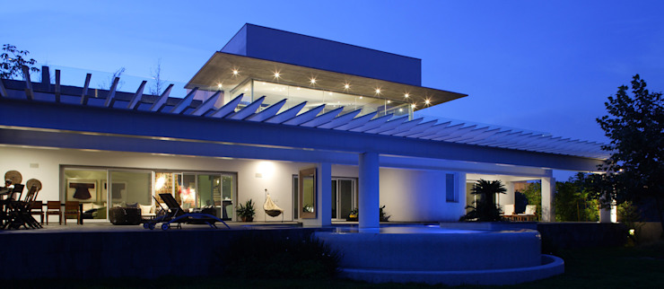 Portico Arquitectura + Construcción 모던스타일 발코니, 베란다 & 테라스
