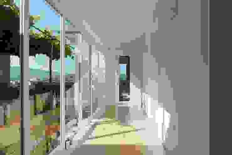 bAse arquitetura Pasillos, vestíbulos y escaleras de estilo moderno