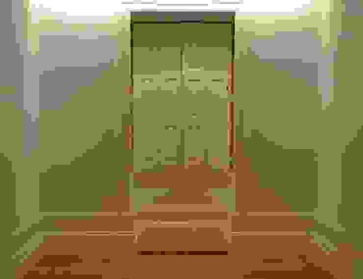 Eklektyczne okna i drzwi od homify Eklektyczny Drewno O efekcie drewna