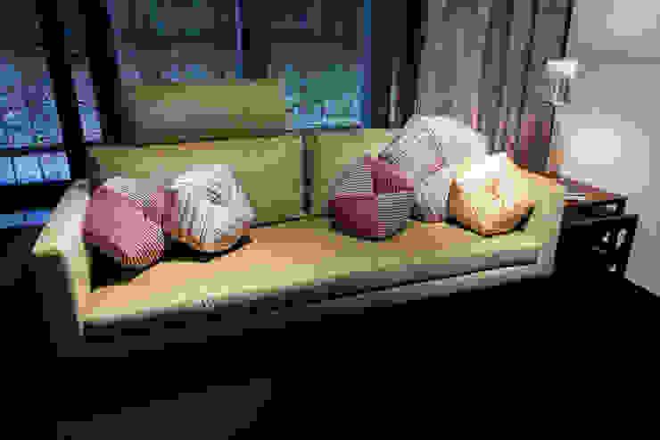 ソファでのデコレーション(Sofa Decoration): 株式会社高岡が手掛けた現代のです。,モダン テキスタイル アンバー/ゴールド