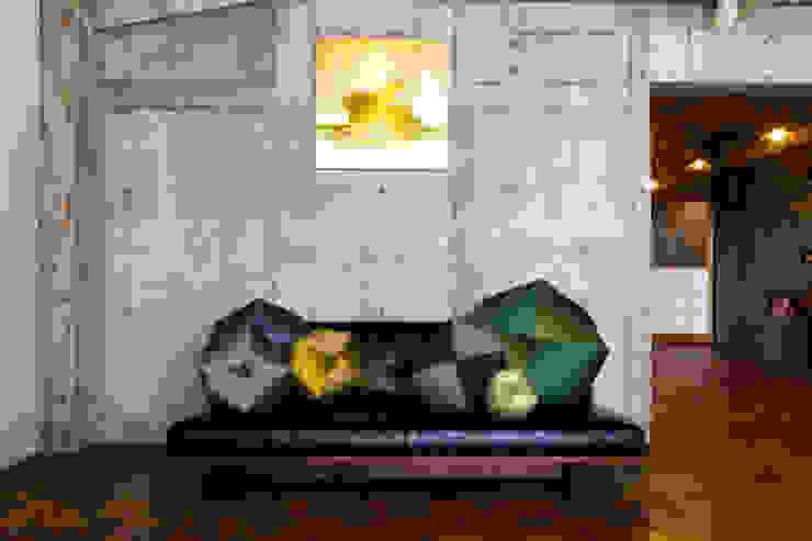 ソファでのデコレーション(Sofa Decoration): 株式会社高岡が手掛けた折衷的なです。,オリジナル テキスタイル アンバー/ゴールド