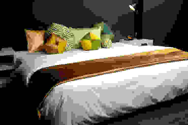 ベッドでのデコレーション(Bed Decoration): 株式会社高岡が手掛けたクラシックです。,クラシック テキスタイル アンバー/ゴールド