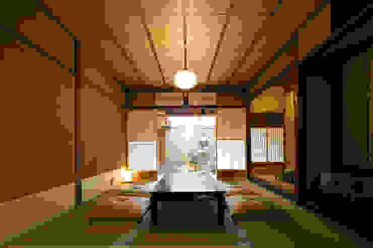 Hoteles de estilo  por 株式会社高岡, Clásico Textil Ámbar/Dorado