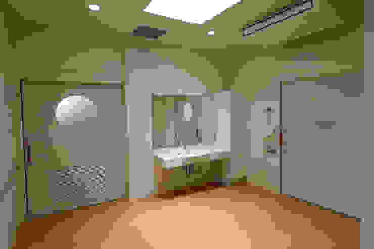 脱衣室 モダンな医療機関 の 設計工房 A・D・FACTORY 一級建築士事務所 モダン 木材・プラスチック複合ボード