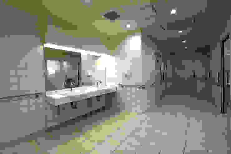 トイレ手洗 モダンな医療機関 の 設計工房 A・D・FACTORY 一級建築士事務所 モダン タイル
