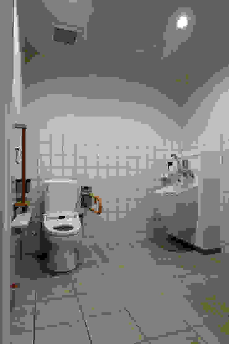 トイレ モダンな医療機関 の 設計工房 A・D・FACTORY 一級建築士事務所 モダン タイル
