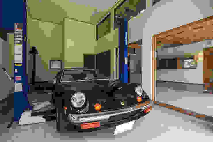 ガレージ蔵 橋本健二建築設計事務所 モダンデザインの ガレージ・物置 木 白色