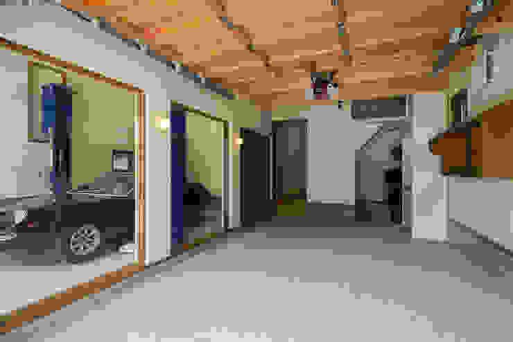 Garasi Modern Oleh 橋本健二建築設計事務所 Modern Kayu Wood effect