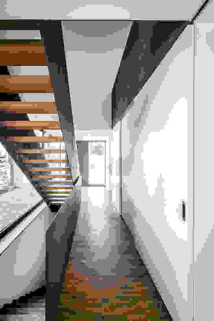 Corredores, halls e escadas modernos por Corneille Uedingslohmann Architekten Moderno