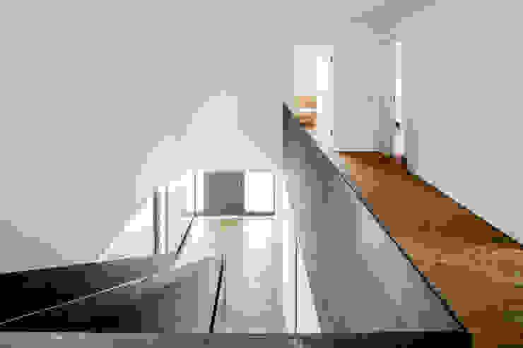 Corredores, halls e escadas modernos por Corneille Uedingslohmann Architekten Moderno Ferro/Aço