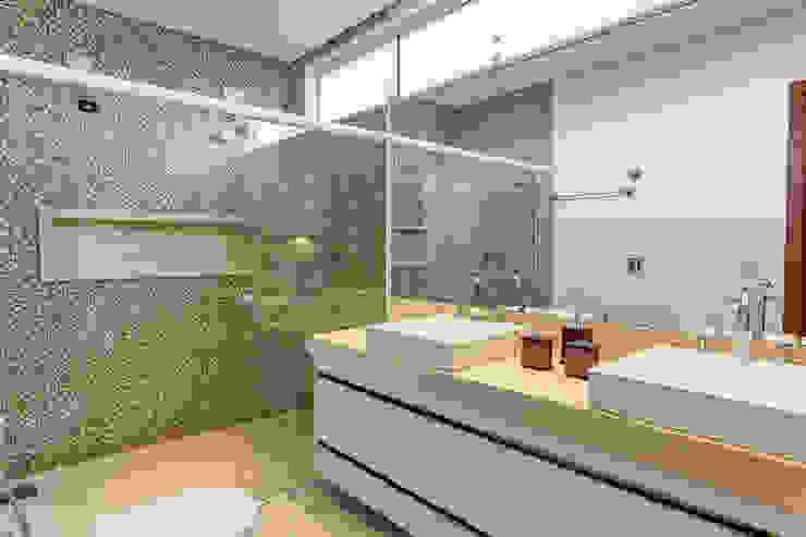Projeto residencial Banheiros modernos por Carla Mateuzzo Moderno