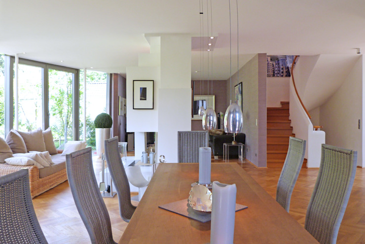Villa in Düsseldorf beyond REAL ESTATE Moderne Esszimmer