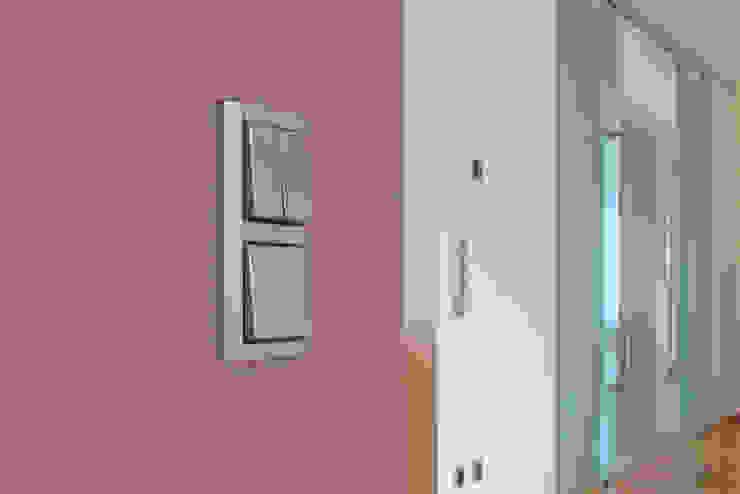 beyond REAL ESTATE Dinding & Lantai Modern