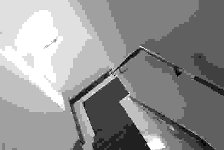 beyond REAL ESTATE Couloir, entrée, escaliers modernes