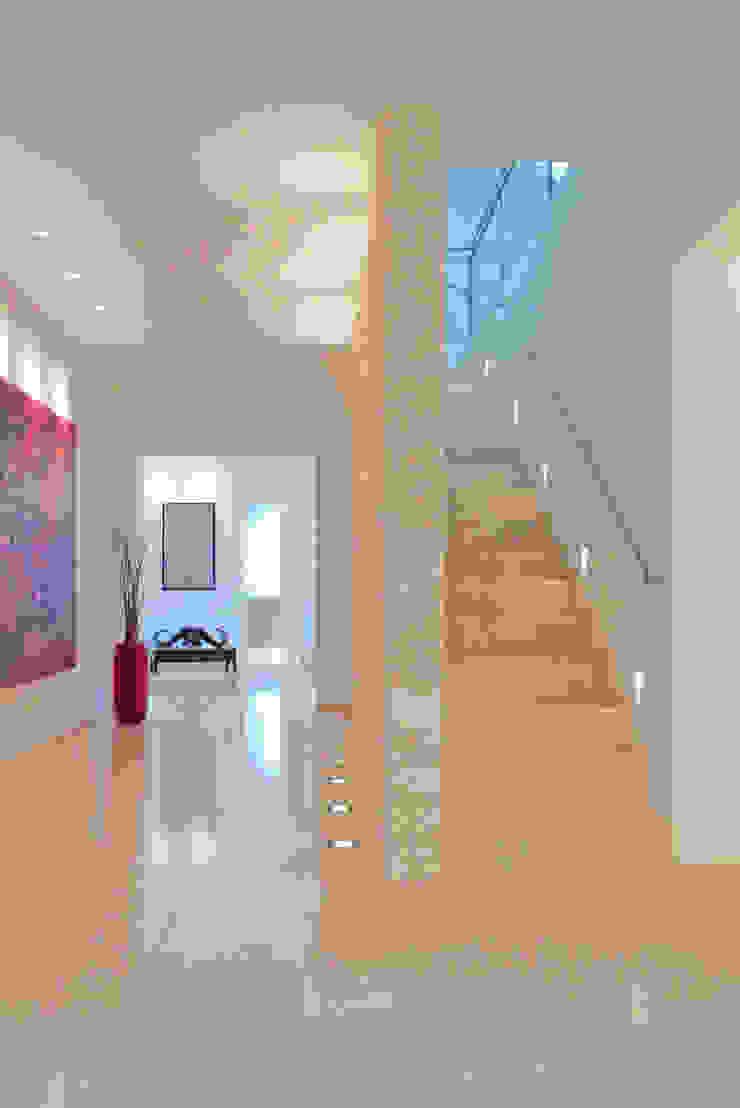 beyond REAL ESTATE 現代風玄關、走廊與階梯