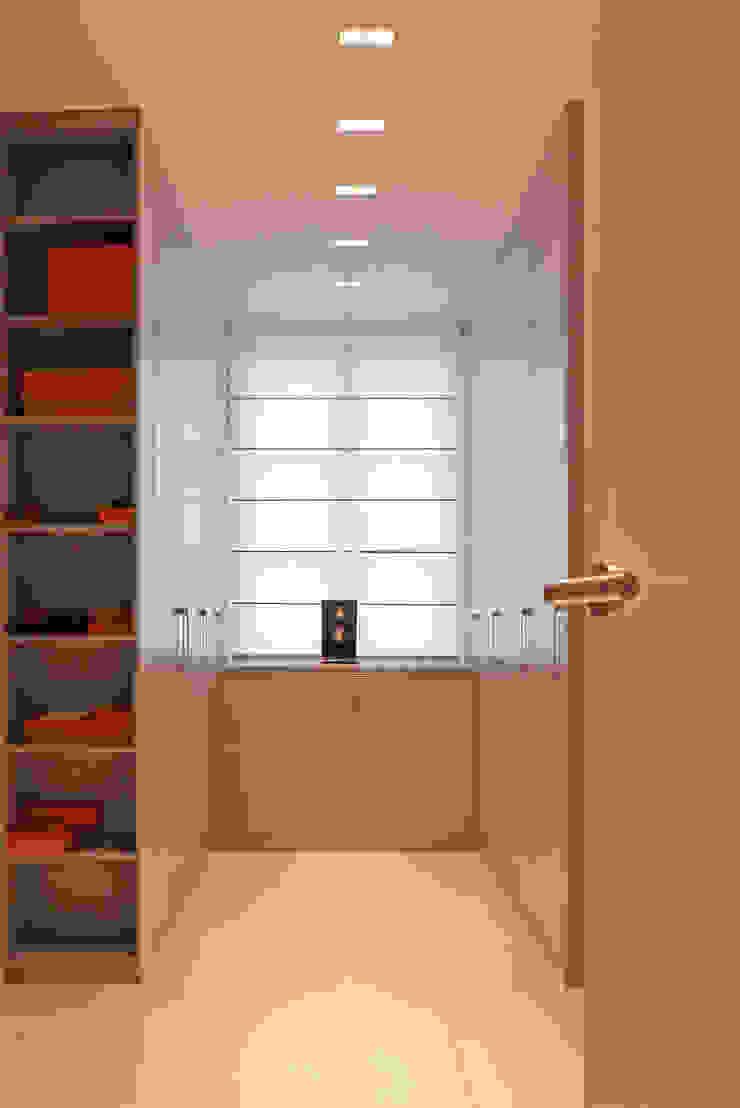 beyond REAL ESTATE Modern dressing room