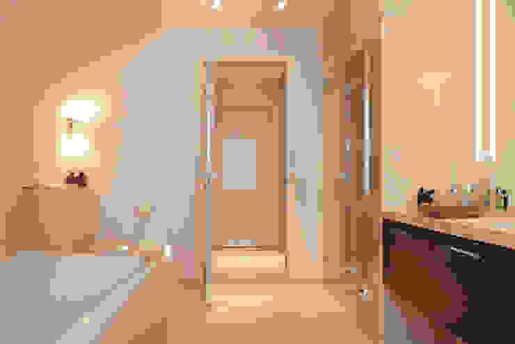 beyond REAL ESTATE Salle de bain moderne