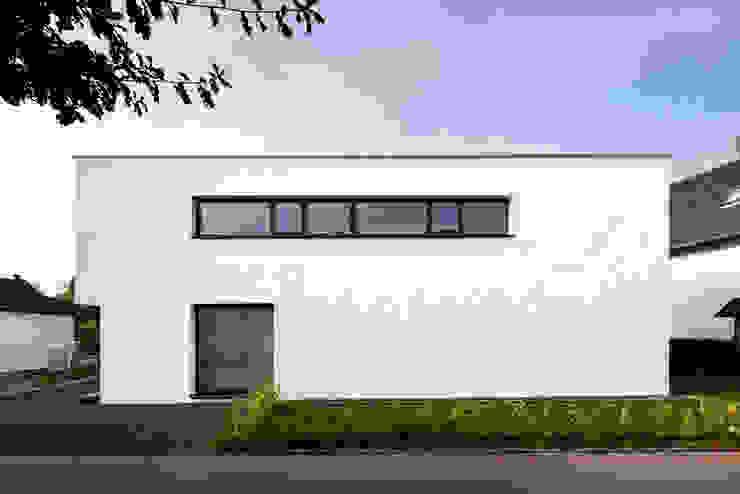 Corneille Uedingslohmann Architekten Casas de estilo moderno Blanco