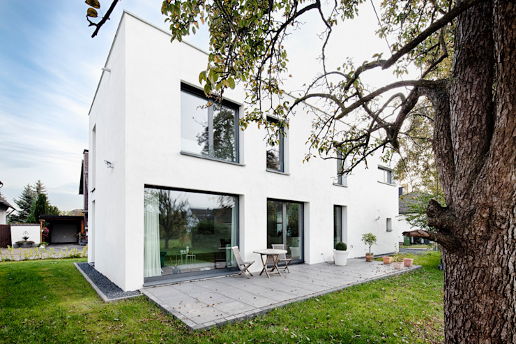 Wohnhaus Mondorf Corneille Uedingslohmann Architekten Moderner Balkon, Veranda & Terrasse Weiß