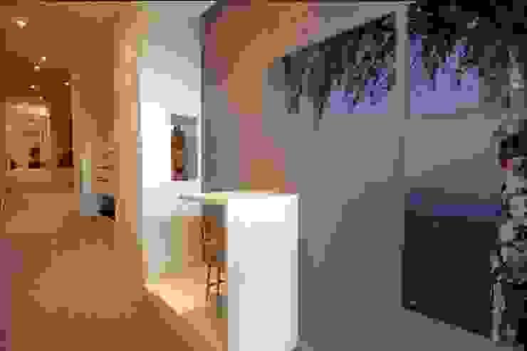 Minimalist corridor, hallway & stairs by Escritório de Arquitetura Margit A. Fensterseifer Minimalist
