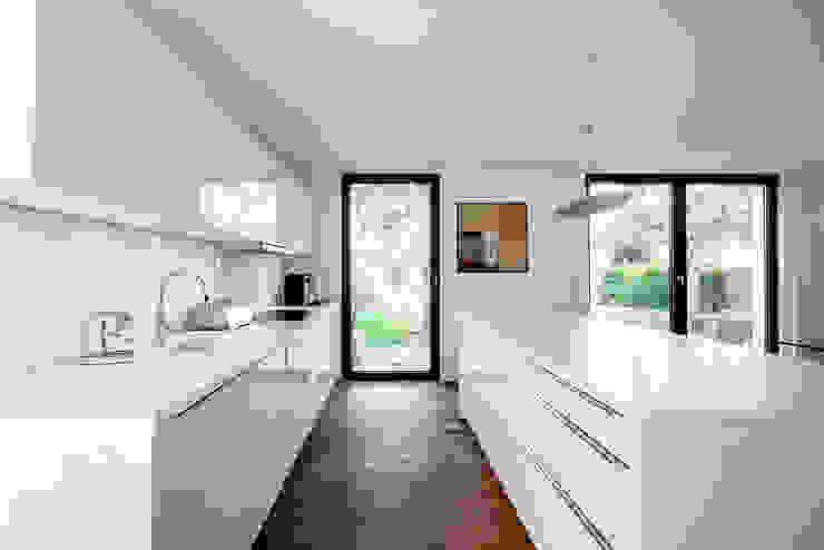 Corneille Uedingslohmann Architekten Cocinas de estilo moderno Blanco