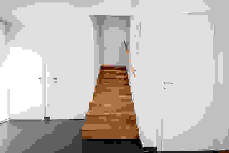 Wohnhaus Mondorf Corneille Uedingslohmann Architekten Moderner Flur, Diele & Treppenhaus