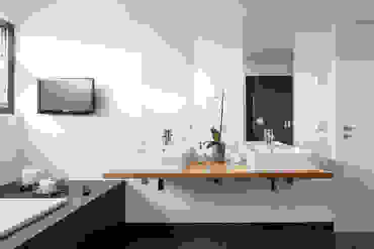 Wohnhaus Mondorf Moderne Badezimmer von Corneille Uedingslohmann Architekten Modern