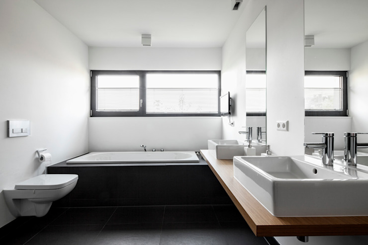 Corneille Uedingslohmann Architekten Modern bathroom White