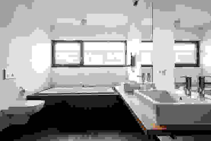 Wohnhaus Mondorf Corneille Uedingslohmann Architekten Moderne Badezimmer Weiß