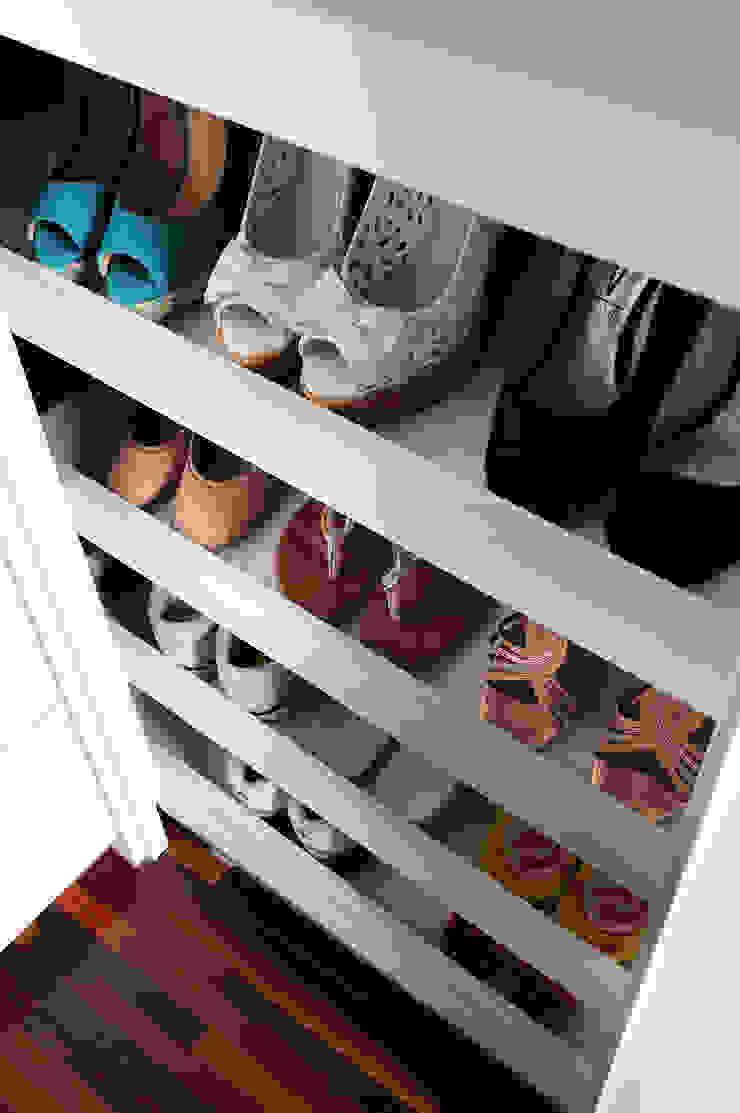 Minimalist style dressing rooms by Mario Catani - Arquitetura e Decoração Minimalist Wood Wood effect