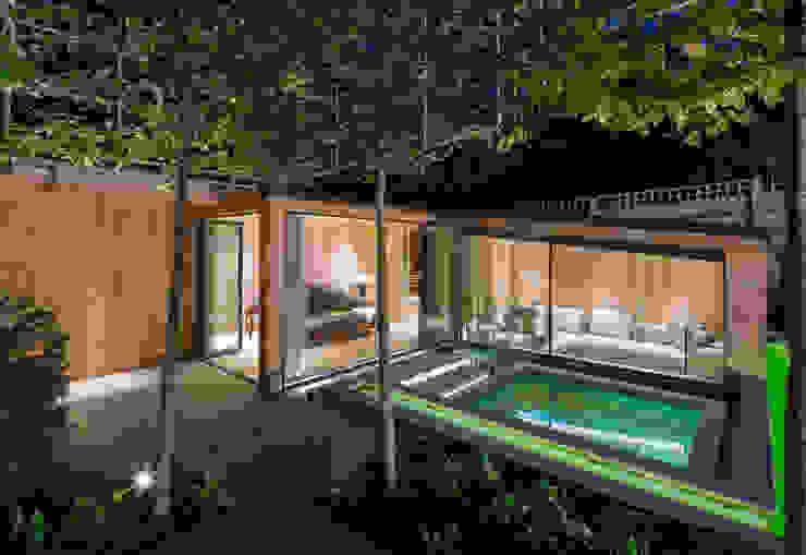 Folio Design | The Garden Room | Outdoor Hot Tub Folio Design Modern balcony, veranda & terrace Green
