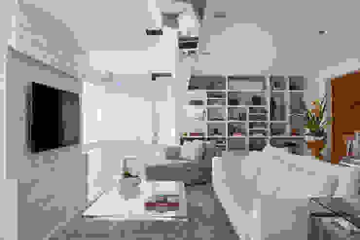 Living Leblon: Salas de estar  por Paula Libanio Arquitetura Interiores,