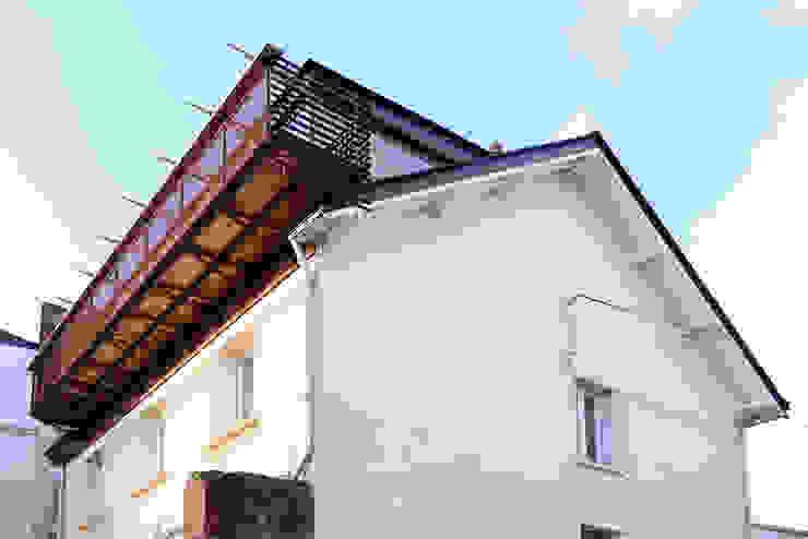 VUE DEPUIS LA RUE Balcon, Veranda & Terrasse modernes par yann péron architecte Moderne Fer / Acier