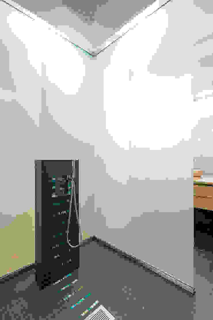 SDB SECONDAIRE yann péron architecte Salle de bain moderne