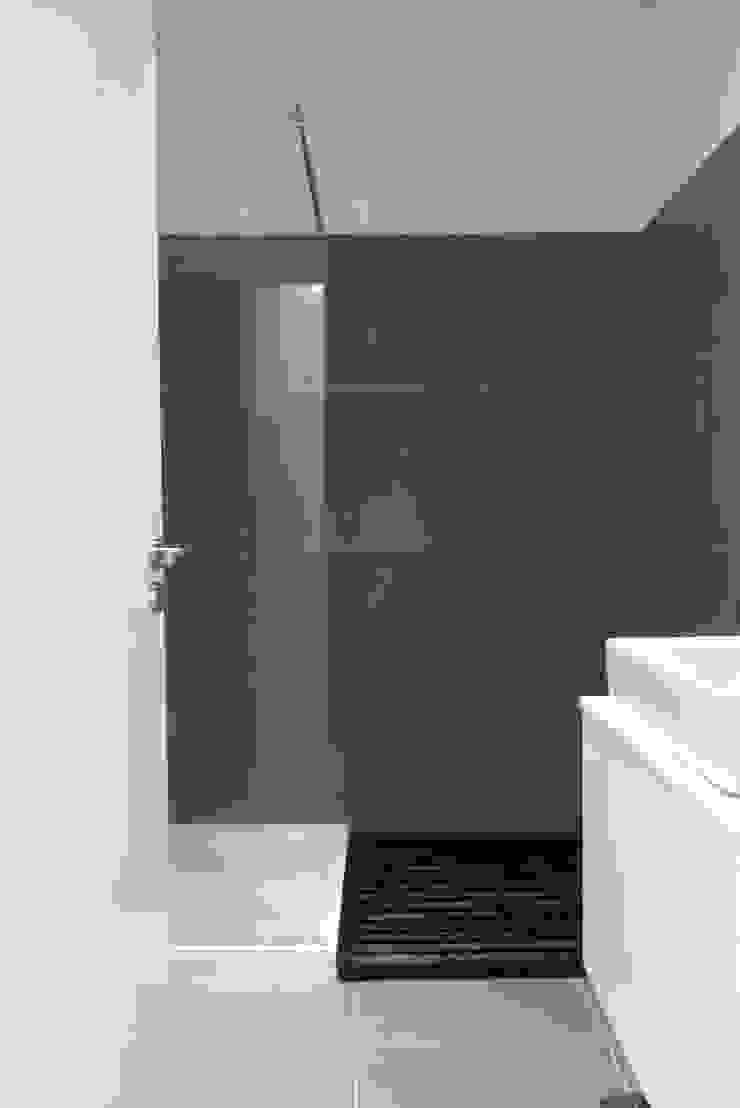 Apartamento Barão Costa Casas de banho modernas por Atelier Alvalade Moderno