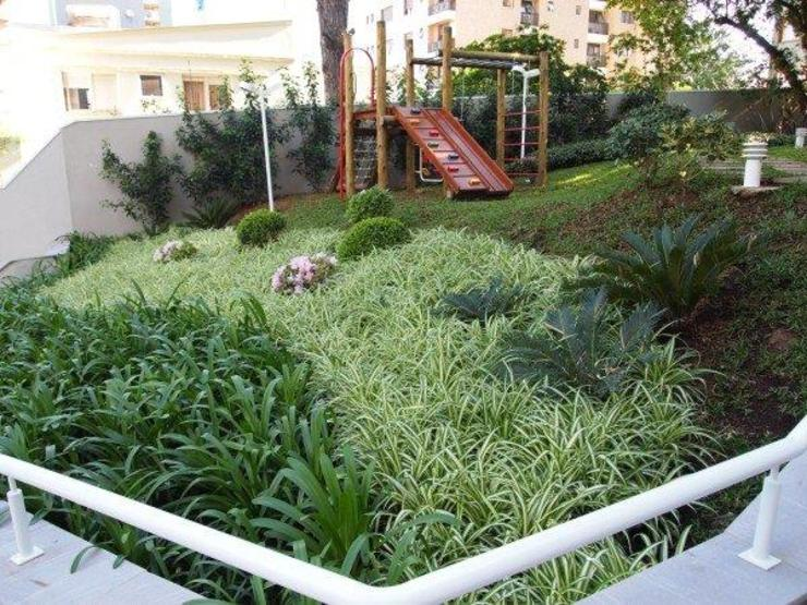Paisagismo em condomínio residencial:  tropical por Studio CLA Arquitetura,Tropical