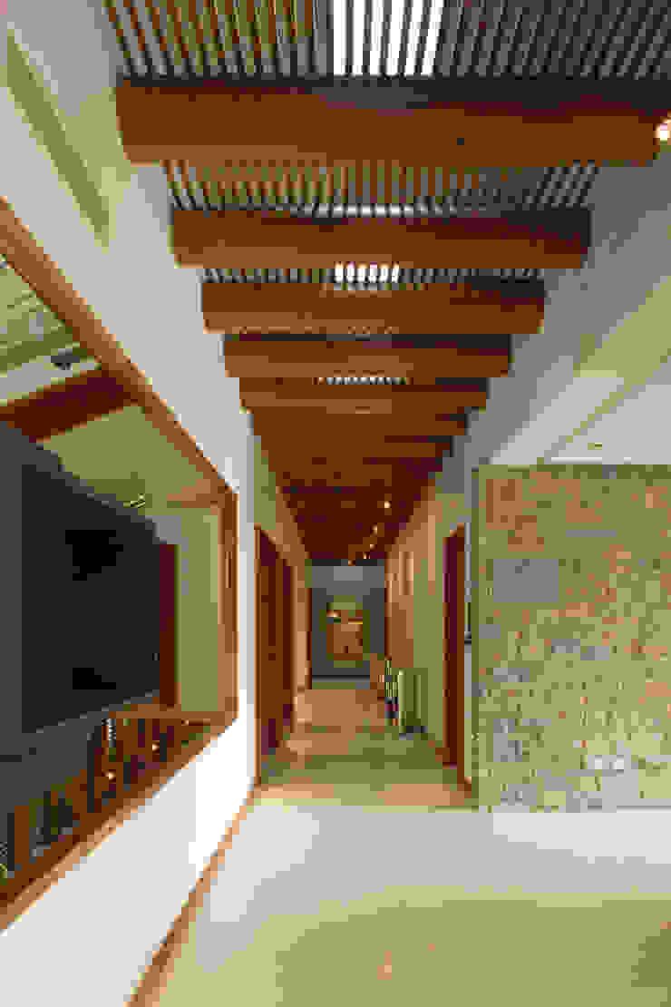 Colonial style corridor, hallway& stairs by Portico Arquitectura + Construcción Colonial Solid Wood Multicolored