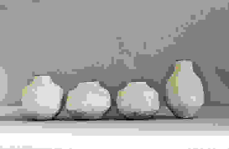 Cuatro jarrones blancos de Silvia Valentín Cerámica Minimalista Cerámica
