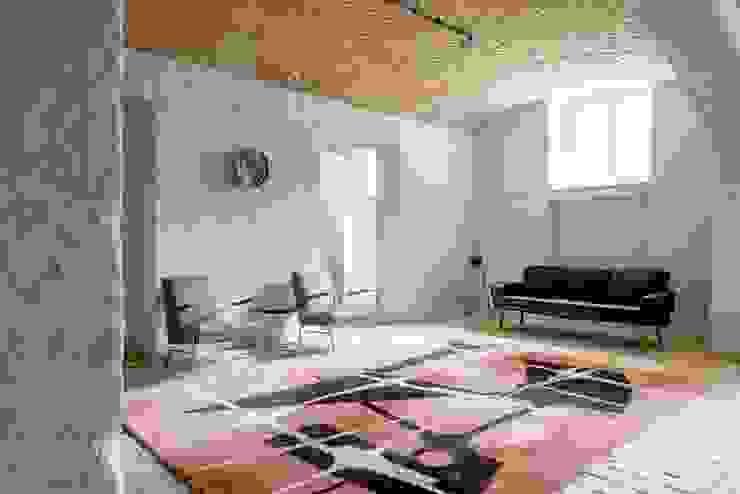 Salon letniego mieszkania Eklektyczny salon od Loft Kolasiński Eklektyczny Cegły