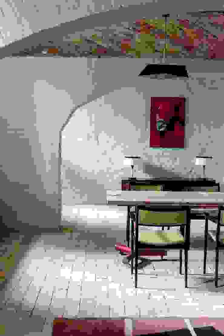 Jadalnia z vintage krzesłami Eklektyczna jadalnia od Loft Kolasiński Eklektyczny Naturalne włókno Beżowy