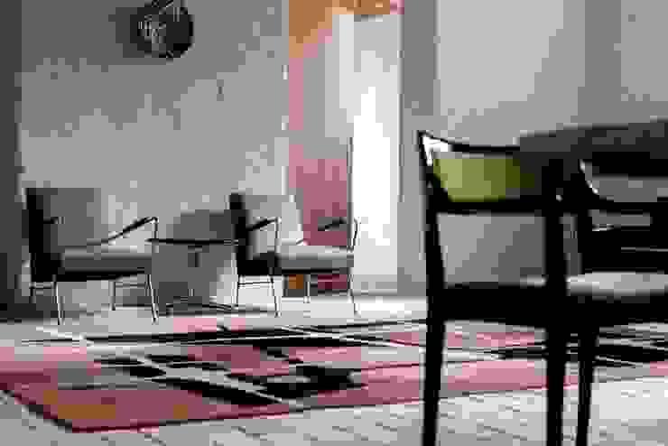 Salon z cegłą na podłodze Eklektyczna piwnica win od Loft Kolasiński Eklektyczny Cegły
