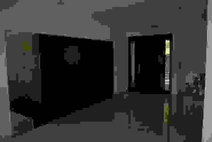 Pasillos, vestíbulos y escaleras minimalistas de FergoStudio Minimalista