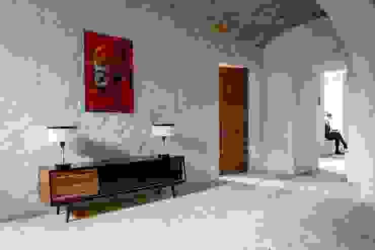 Komoda w salonie Klasyczny salon od Loft Kolasiński Klasyczny Lite drewno Wielokolorowy