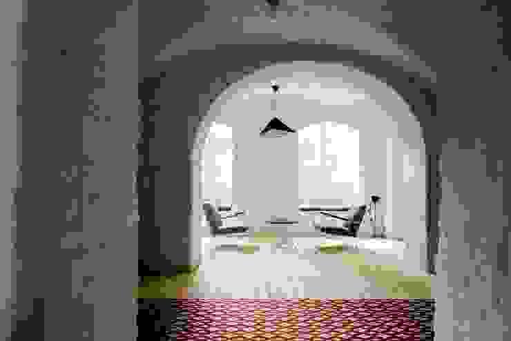 Strefa wypoczynku Klasyczny korytarz, przedpokój i schody od Loft Kolasiński Klasyczny Cegły