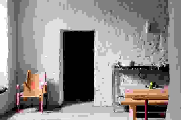 Letnie mieszkanie pod Berlinem Rustykalna kuchnia od Loft Kolasiński Rustykalny Skóra Szary