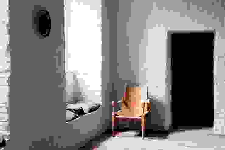 Letnie mieszkanie pod Berlinem Skandynawska piwnica win od Loft Kolasiński Skandynawski Skóra Szary