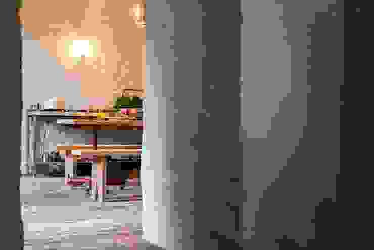 Letnie mieszkanie pod Berlinem Śródziemnomorska jadalnia od Loft Kolasiński Śródziemnomorski Cegły