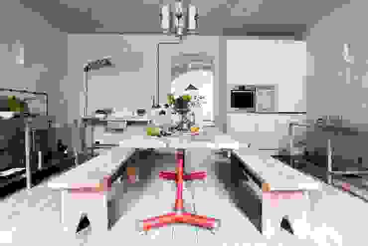 Kuchnia z dużym stołem jadalnym Śródziemnomorska kuchnia od Loft Kolasiński Śródziemnomorski Drewno O efekcie drewna