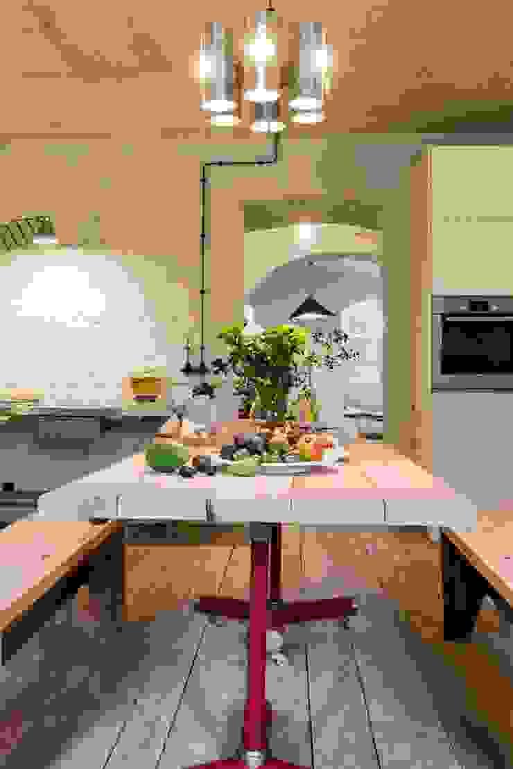 Stół jadalny w kuchni od Loft Kolasiński Industrialny Drewno O efekcie drewna